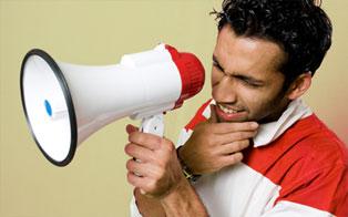 Un uomo con un megafono