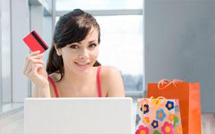 Una giovane donna che fa shopping online